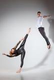 跳舞在当代窗框的两个人 免版税库存图片