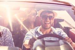 跳舞在愉快的海滩的一辆汽车的美丽的党朋友女孩 免版税库存照片