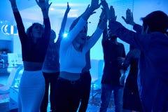 跳舞在数日聚会的青年人 免版税库存图片