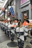 跳舞在日本节日的妇女 免版税库存图片