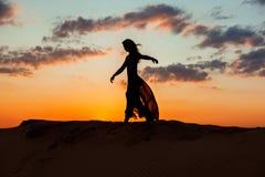 跳舞在晚上在日落 库存照片