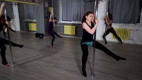 跳舞在杆的大厅里的舞蹈小组4名妇女 股票视频
