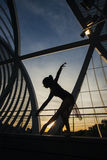 跳舞在桥梁的妇女古典芭蕾在黎明 库存照片