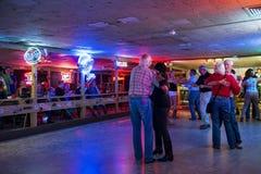 跳舞在残破的轮幅舞厅里的人们在奥斯汀,得克萨斯 库存图片