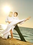 跳舞在海洋附近的夫妇 免版税库存照片