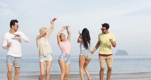 跳舞在海滩,愉快的朋友混合种族团体游人海假期的人们 股票视频