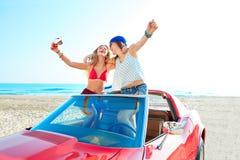 跳舞在海滩的一辆汽车的美丽的女招待 免版税图库摄影