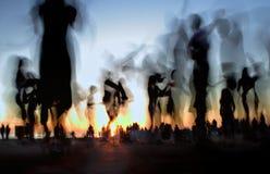 跳舞在海滩的人们 免版税库存照片