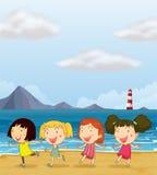 跳舞在海滩的四个女孩 免版税库存照片