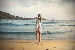 跳舞在海滩 免版税图库摄影