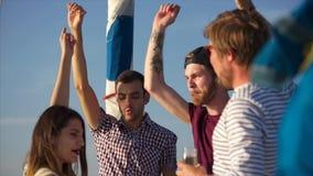 跳舞在游艇的党期间的人们 股票录像