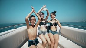 跳舞在游艇的愉快的朋友 股票录像
