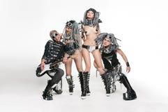 跳舞在演播室的小组现代舞蹈家 免版税库存图片
