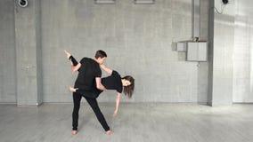 跳舞在演播室的年轻现代舞蹈家 影视素材