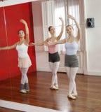 跳舞在演播室的芭蕾舞女演员的反射 免版税库存照片