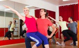 跳舞在演播室的年轻成人 库存照片