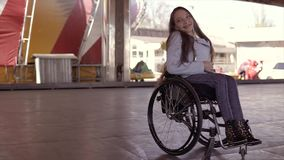 跳舞在电车吸引力表面上的轮椅的年轻人残疾无效有残障的妇女 股票录像