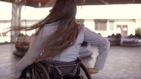 跳舞在电车吸引力表面上的轮椅的年轻人残疾无效有残障的妇女 影视素材