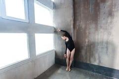 跳舞在窗口附近的高雅夫人 免版税库存照片