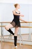 跳舞在纬向条花附近的芭蕾舞女演员在舞厅里 免版税库存图片