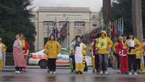 跳舞在联合国办公室附近的小组年轻亚裔人民,守卫公共秩序的警察 股票录像