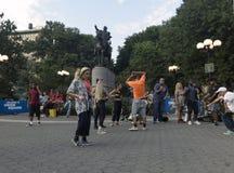 跳舞在联合Squ的乔治・华盛顿雕象前面的人们 库存照片