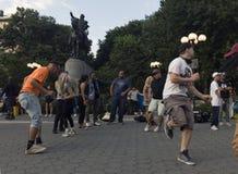 跳舞在联合Squ的乔治・华盛顿雕象前面的人们 免版税库存图片