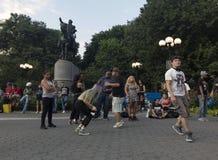 跳舞在联合Squ的乔治・华盛顿雕象前面的人们 库存图片