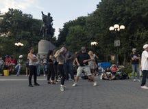跳舞在联合Squ的乔治・华盛顿雕象前面的人们 免版税图库摄影