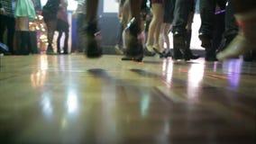跳舞在舞池上的人们 股票视频