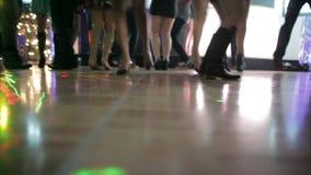 跳舞在舞池上的人们 影视素材
