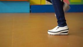 跳舞在舞池上的女性脚breakdance,特写镜头射击了在白色运动鞋的跳舞的脚 股票录像