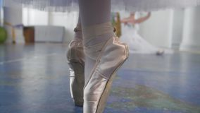 跳舞在芭蕾舞女演员前面的pointe鞋子的女性脚在演播室执行一个舞蹈 影视素材