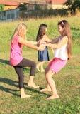 跳舞在草的女孩 免版税库存照片