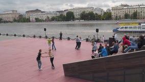 跳舞在莫斯科河的堤防 股票录像