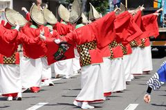 跳舞在著名Awaodori节日的日本执行者 库存图片