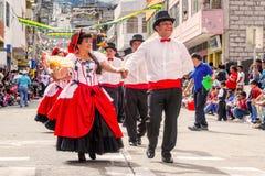 跳舞在街道上的不同种族的夫妇 库存图片