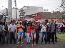 跳舞在街道上的人们Macarena,基多,厄瓜多尔 免版税库存图片