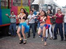 跳舞在街道上的人们Macarena,基多,厄瓜多尔 库存照片