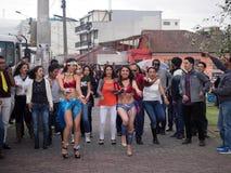 跳舞在街道上的人们Macarena,基多,厄瓜多尔 图库摄影