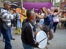 跳舞在街道上的人们 免版税库存图片