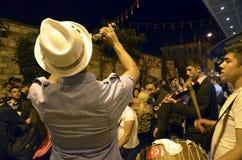 跳舞在街道上的Hidrellez新春佳节人 免版税库存照片