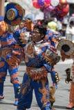 跳舞在街道的五颜六色的服装的Kichwa人 库存图片