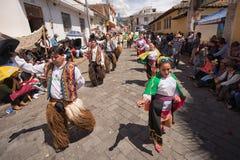 跳舞在街道的本地kichwa人 库存图片