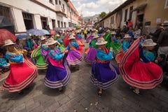 跳舞在街道的盖丘亚族人的土产妇女 库存照片