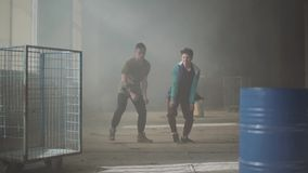 跳舞在被放弃的大厦黑暗和多灰尘的屋子的两个朋友  同时采取舞蹈行动的少年 股票视频