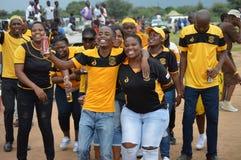 跳舞在足球比赛的愉快的足球迷 库存照片