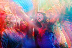 跳舞在迪斯科俱乐部的党人 图库摄影