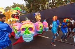 跳舞在邪恶和被击败的恐怖分子附近图的人们在传统果阿狂欢节期间 免版税库存照片