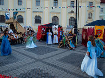 跳舞在锡比乌的中世纪夫人 免版税库存照片